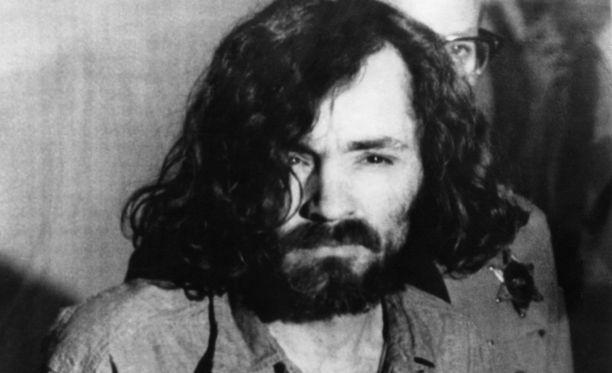 Charles Manson sai tuomion siitä, että hän manipuloi ryhmän ihmisiä tekemään murhia.