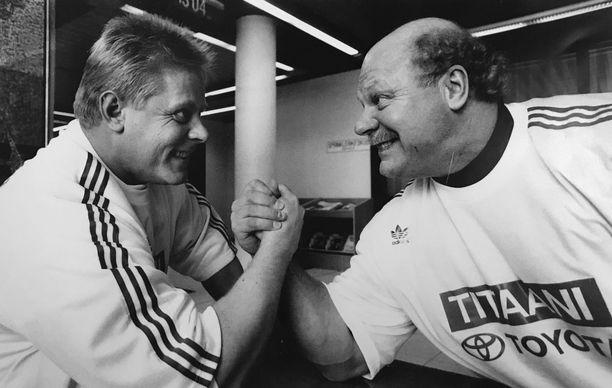 Ilkka Nummisto (oikealla) ja Markku Suonenvirta ovat suomalaisen voimailun legendoja.