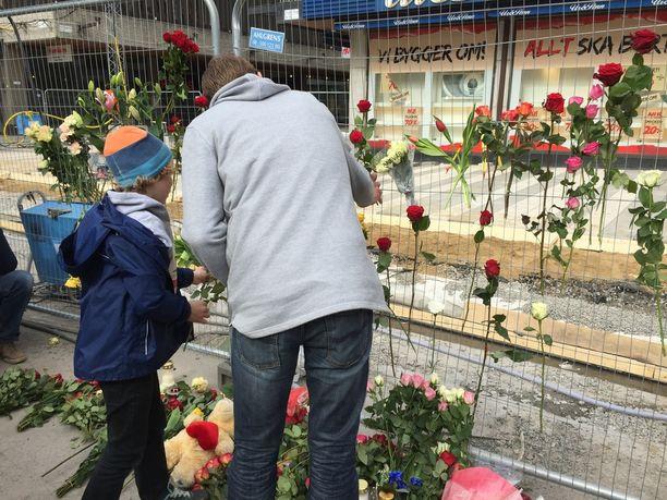 Kuvan mies työskentelee aivan Drottninggatanin vieressä. Hän ei nähnyt itse rekkaa, mutta hän näki ihmisten juoksevan kadulla paniikissa iskun sattuessa. Hän kävi lauantaina viemässä kukkia tapahtumapaikalle perheensä kanssa. Hän ei halunnut kertoa omaa tai poikansa nimeä.