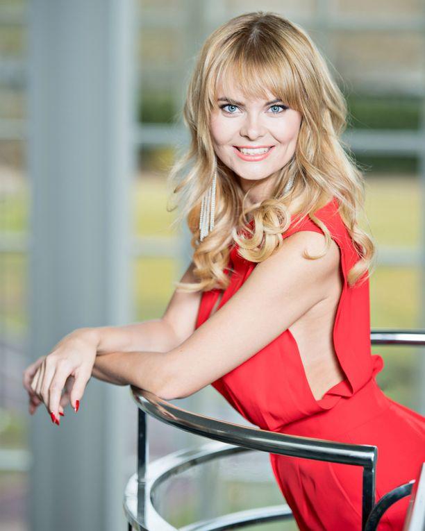 Erika Vikman värjäsi Peppi-rooliaan varten hiuksensa kullanpunertaviksi. Sitä ennen hänet nähtiin blondina.
