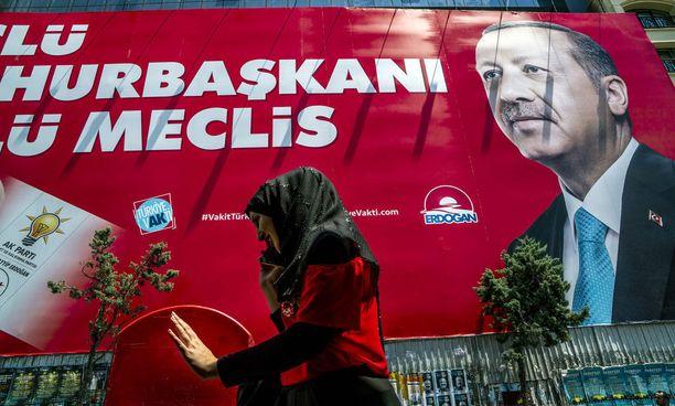 Turkin istuva presidentti Erdogan on näyttävästi esillä katukuvassa Istanbulissa.