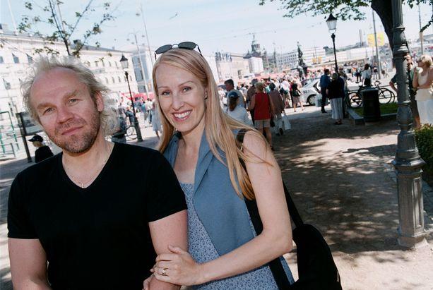 Ohjaaja Jussi Parviainen ja entinen seitsenottelija Satu Ruotsalainen etenivät suhteessaan nopeasti. Pariskunta meni naimisiin elokuussa 2000 ja seuraavana vuonna syntyi yhteinen tytär. He erosivat vuonna 2004.