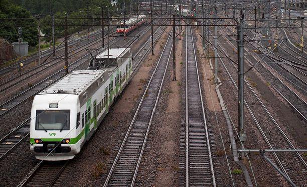 Junaradalla selfieita ottavat vaarantavat oman henkensä ja häiritsevät junaliikennettä.