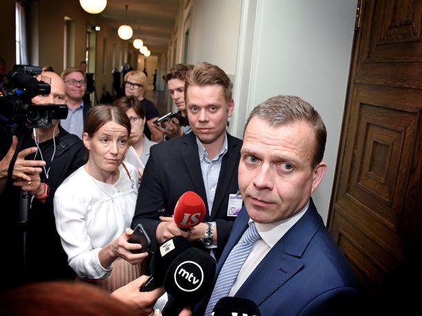 Kokoomuksen puheenjohtaja, valtiovarainministeri Petteri Orpo on saanut tällä vaalikaudella usein selitellä hallituksen esityksiä ja päätöksiä, mutta vaalien lähestyessä hän on jäämässä haastajansa, SDP:n Antti Rinteen varjoon.