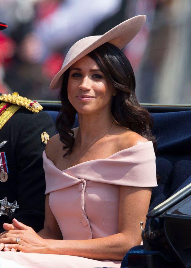 Tuore herttuatar ihastutti häiden jälkeen klassisen naisellisissa luomuksissa - kuten tässä Carolina Herreran puvussa.