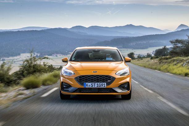 Vuoden auto -palkintoja kahminnut perus-Focus loistaa edelleen vakioautojen ajo-ominaisuuksillaan. Focus ST on vielä parempi.