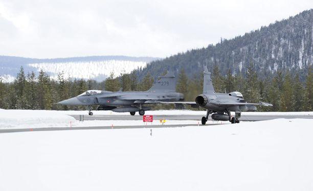 Ruotsi on palauttanut käyttöön kylmän sodan aikana käyttämiään sotilaskenttiä. Yksi niistä on Jokkmokk Ruotsin Lapissa. Kuvassa kaksi Saab Gripeniä Jokkmokkissa viime toukokuussa.