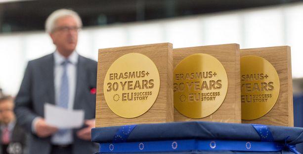 Vuonna 1987 perustetun Erasmus-vaihto-ohjelman 30-vuotista taivalta juhlistettiin vuonna 2017. Taustalla Euroopan komission silloinen puheenjohtaja Jean-Claude Juncker.