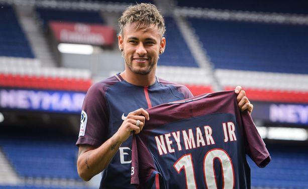 Neymar esiteltiin PSG:n kannattajille perjantaina.