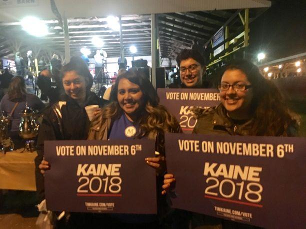 Guadalupe Vargas (toinen vasemmalta) tuli ystävineen osoittamaan tukeaan demokraateille.