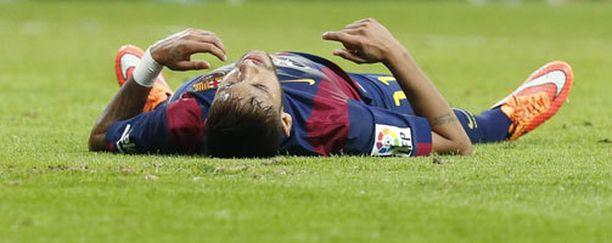 Neymar (kuvassa) kaatuilee Fabio Capellon mielestä liian helposti.