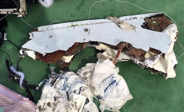 Egyptin armeija julkaisi lauantaina kuvia pudonneen koneen löytyneestä jäämistöstä.