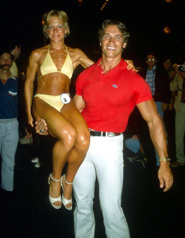 Tämä kuva on vuodelta 1979. Arnold Schwarzenegger (oikealla) nosti Stacey Bentleyn käsivarsilleen Santa Monicassa.