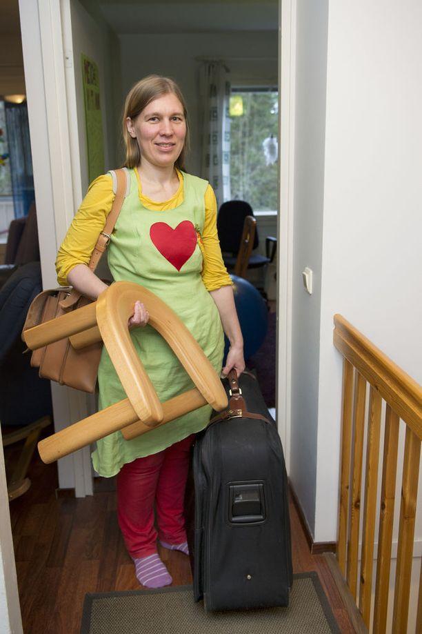 Kun Suvi Lähteenkorva lähtee hoitamaan kotisynnytystä, mukaan lähtee synnytysjakkara ja kaksi isoa kassillista tavaraa.