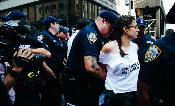 Osa Dacaa puolustaneista mielenosoittajista pidätettiin.