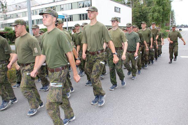 Armeijan alokaskaudella opitaan muun muassa marssimaan ja puhumaan inttislangia. Kuvituskuva.