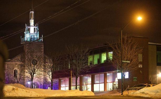 Quebecin islamilaisen kulttuurikeskuksen seurakuntaan kuuluu noin 5 000 jäsentä. Rakennuksesta pelastettiin 39 ihmistä vahingoittumattomana.
