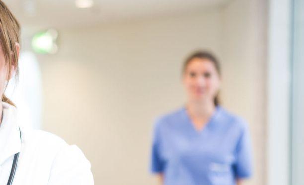 Moni nainen työskentelee terveyspalveluiden parissa.