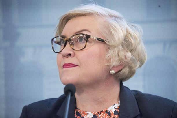 Ministeri Anu Vehviläinen katsoo VR:n hinnoittelupolitiikan olleen syynä radan vähäiselle käytölle.
