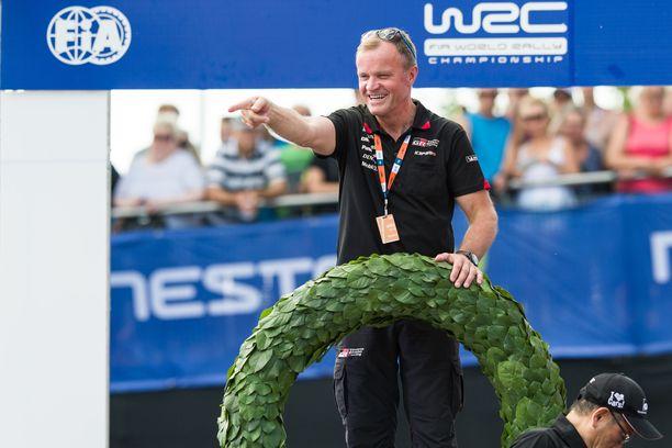 Tommi Mäkinen pääsi juhlimaan voittoa viime kesänä Jyväskylässä, kun Toyota-kuski Ott Tänak ajoi MM-rallin ykköseksi.