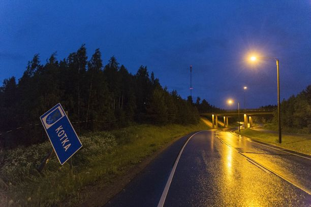 Myös Kotkan kuntarajalla ollut liikennemerkki vääntyi törmäyksen voimasta.