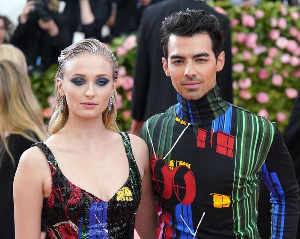 Game of Thrones -tähti ja Jonas Brothers -laulaja asuvat yhdessä Yhdysvalloissa.