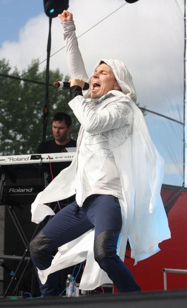 Antti Tuisku esiintyi Kemijärvellä Iskelmätulet-festareilla.