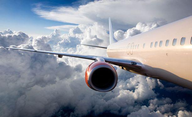 Päihtynyt mies alkoi riuhtoa sekä lyödä kanssamatkustajia Red Wings -lentoyhtiön lennolla. Kuvituskuva.