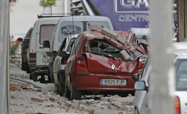 Järistyksessä liikkeelle lähteneet rakennustiilet murjoivat autoja Lorcassa.