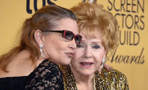 Tiistaina menehtyneen Carrie Fisherin (vas.) äiti, näyttelijälegenda Debbie Reynolds on kiidätetty sairaalaan mahdollisen halvauskohtauksen vuoksi.