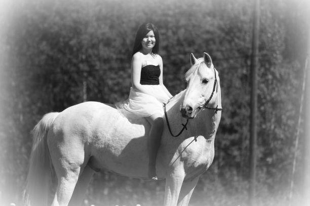 Emilia Mäkinen ehti kirjoittaa lyhyen elämänsä aikana paljon.Hän kirjoitti sellaisia pieniä tarinoita ja voitti Hevoshullu-lehden kirjoituskilpailun, sanoo Elina Kavén.