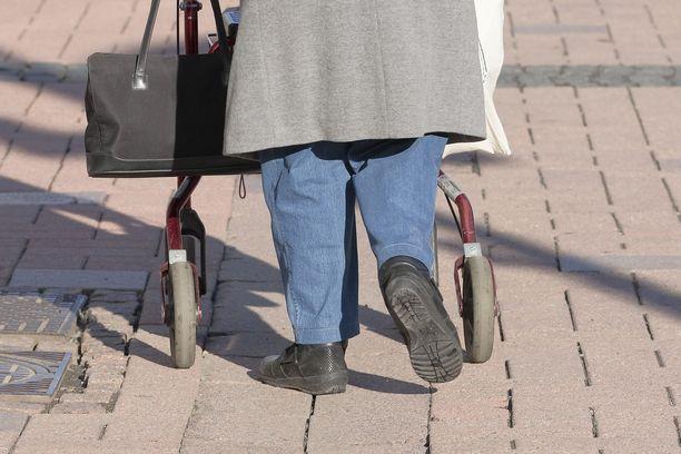 Seniorikansalaiselle etsitään avustajaa erikoisin ehdoin. Kuvituskuva.