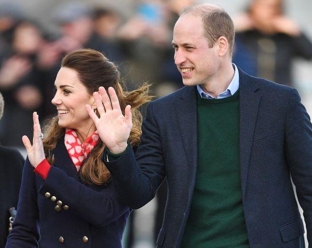Prinssi William ja herttuatar Catherine vilkuttivat yleisölle hyväntuulisina.
