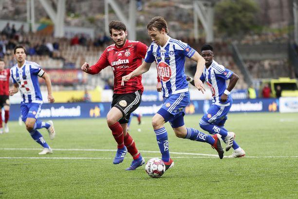 HJK ja HB Torshavn kohtasivat viikko takaperin Helsingissä. Lopputuloksena oli puhdas 3–0 sinivalkopaidoille, jonka pääarkkitehtina heilui kaksi maalia tehnyt Lassi Lappalainen (etualalla).
