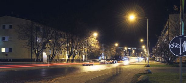 Kolmevuotias poika harhaili yksin kylmässä Mäkitorpantien varressa Helsingin Oulunkylässä viime marraskuussa.