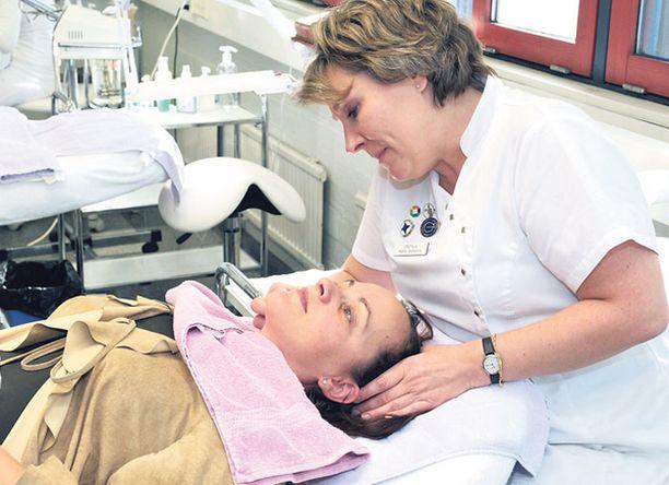 LOPPUTARKASTUS Kasvohoidon opettaja Maria Shenshin tarkasti testaajien ihon ennen ja jälkeen testijakson. Tulokset eivät häntä yllättäneet. – Tämä on nähty ennenkin: kallis ei ole automaattisesti parempi. Toimivuus käyttäjän omalla iholla ratkaisee.