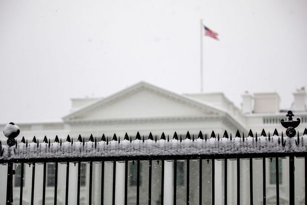 Yhdysvaltain hallinto on ollut osittain suljettuna jo lähes neljä viikkoa. Kuvassa Valkoinen talo, joka sai lumipeitteen 13. tammikuuta.