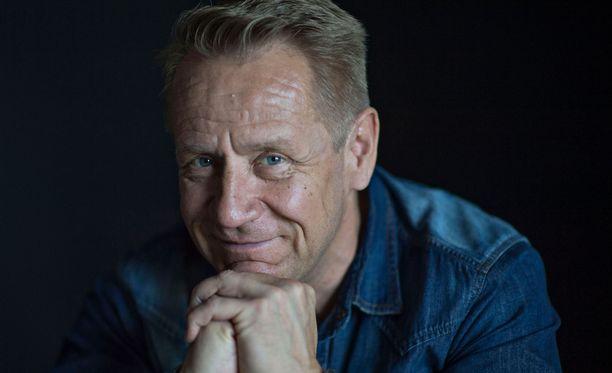 Olli Lindholm liikuttuu kuunnellessaan Joutsenlaulua.