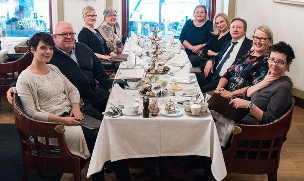Neil Dudgeonin Suomen-vierailuun kuului myös iltapäivätee fanien kanssa. Pöydän ääreen istahti myös kuuluttaja Anna-Liisa Tilus.