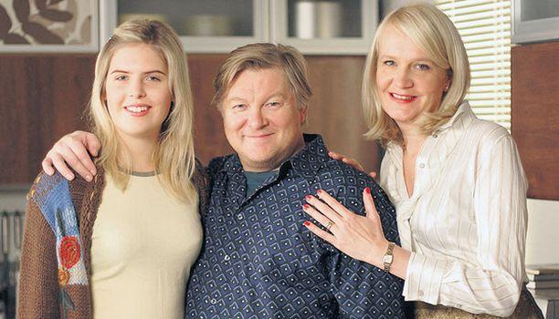 Oona Linnasalmi (vas.), Eero Saarinen ja Miitta Sorvali muodostavat diplomaattiperheen.