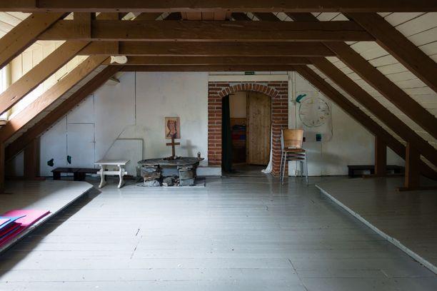 Isosaaren päärakennuksen yläkerta on lukitsematon. Avoimen tilan takana on makuuhuone.