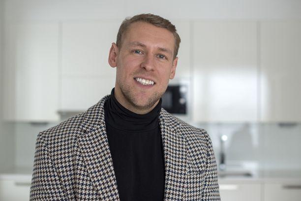 Kiinteistönvälittäjä Andrei Koivumäki kihlautui Italiassa Etta-rakkaansa kanssa. Kiinteistöalan Cheekiksi kutsuttu Koivumäki on tähdittänyt myös Asuntokaupat sokkona -sarjaa.