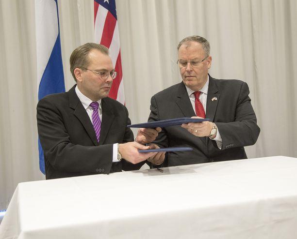 Puolustusministeri Jussi Niinistö (sin) ja Yhdysvaltain varapuolustusministeri Robert Work allekirjoittivat Suomen ja Yhdysvaltain kahdenvälistä puolustusyhteistyötä koskevan aiejulistuksen Finlandia-talolla 7.10.2016