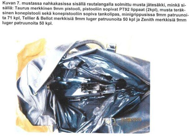 Aseet, lippaat ja patruunat olivat tässä laukussa mustan jätesäkin sisällä.