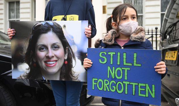 Vangitun brittinaisen aviomies Richard Ratcliffe ja pariskunnan tytär Gabriella, 6, osallistuivat mielenosoitukseen Iranin Lontoon-lähetystön edustalla maaliskuun alussa. Tytär oli äitinsä mukana, kun Iranin turvapalvelut sieppasivat tämän.