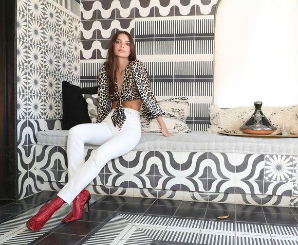Emily Ratajkowski viihtyy nykyisin parhaiten valkoisissa farkuissa. Raikkaat, neutraalit housut toimivat räväkän printtipuseron kanssa.