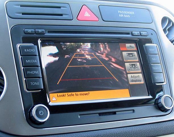 PYSÄKÖI ITSE. Tiguaniin on saatavilla pysäköintiavustin, joka pysäköi auton itse lähes automaattisesti Toyota Priuksen tapaan. Valoisan ohjaamon ilmeestä voi tunnistaa VW:n Golf-perheen piirteitä.