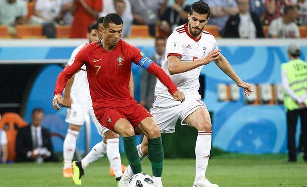 Saeid Ezatolahi (oik.) varjosti Cristiano Ronaldon etenemistä lohkovaiheen päätöskamppailussa.