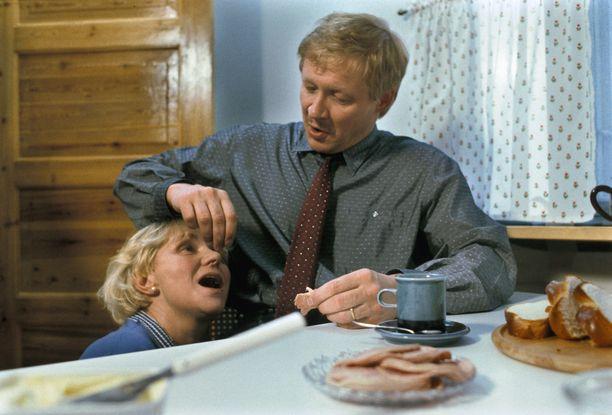 Ahti Jokinen esitti isää ja Anja Räsänen mummoa. Tässä jaksossa elettiin koiran elämää.