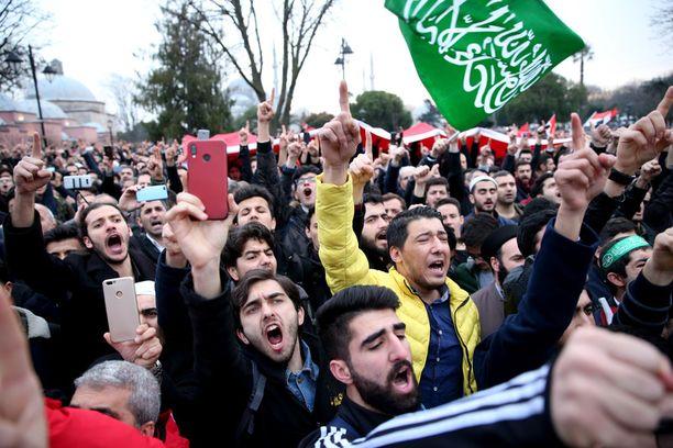 Suomen ulkoministeriön matkustustiedotteen mukaan turvallisuustilanne koko Turkissa on epävakaa. Mielenosoitukset tai levottomuudet ovat mahdollisia.